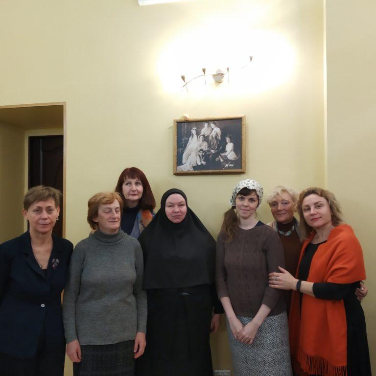 Участницы учебной группы с преподавателем инокиней Иустиной (Ивановой)